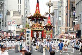 祇園祭前祭の山鉾巡行で、京都・四条通を進む先頭の長刀鉾=17日