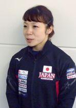 重量挙げの世界選手権から帰国し、取材に応じる女子49キロ級の三宅宏実=23日、羽田空港