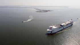 28日、米南部バージニア州を出港した米海軍の病院船コンフォート(米海軍提供、AP=共同)