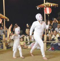 キツネ踊りを披露する子どもたち=17日夜、大分県姫島村