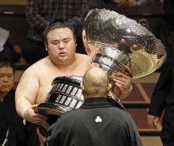 大相撲11月場所で優勝し、日本相撲協会の八角理事長(手前)から内閣総理大臣杯を受け取る大関貴景勝=両国国技館