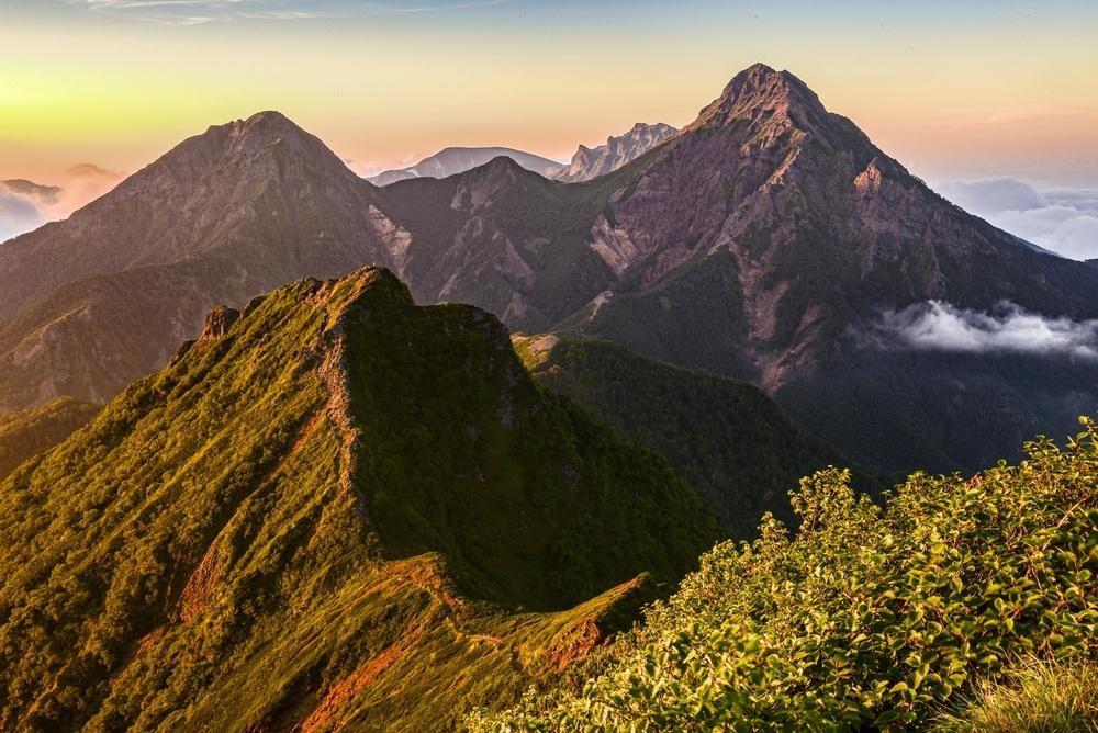 夕陽に染まる八ケ岳連峰。右が主峰・赤岳=2016年8月(山岳写真家塩田諭司氏撮影)