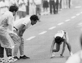 1995年ユニバーシアード女子マラソンの39キロ付近でコースを外れ、路上に倒れ込む鯉川なつえさん