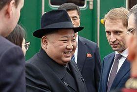 24日、ロシア・ハサン駅に到着し、出迎えを受ける北朝鮮の金正恩朝鮮労働党委員長(タス=共同)