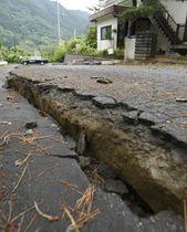 山形県鶴岡市で亀裂が入った道路=19日午前8時31分