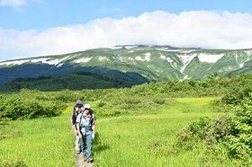 念仏ケ原周辺では、どっしりと連なる月山の稜線が楽しめた=1日、大蔵村