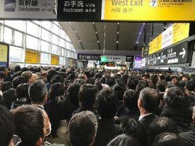 電車待ちの利用者で混雑する京都駅構内(京都市下京区)