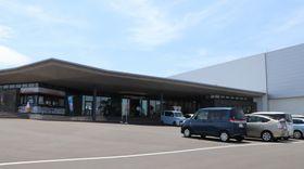 28日にオープンする「長崎カステラランド」。右側は工場棟=雲仙市愛野町