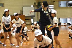 「フェアプレイスクール」で児童らに指導する大山加奈さん