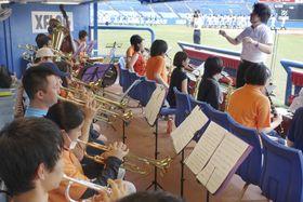 全国高校定時制通信制軟式野球大会の開会式で、大会歌を演奏する定時制高の吹奏楽部員ら=13日午前、東京都新宿区の神宮球場