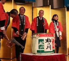 連合長崎の新年交歓会で鏡開きをした(右から)西岡氏、渡辺氏、宮崎会長ら=9日、長崎市内のホテル
