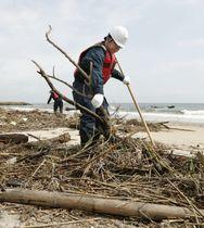 東日本大震災から8年半となり、行方不明者の手掛かりを求めて海岸を捜索する宮城県警亘理署員=11日午前、宮城県山元町