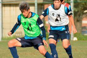 22日の町田戦へ練習する横浜FC・FW三浦(左)とMF松尾