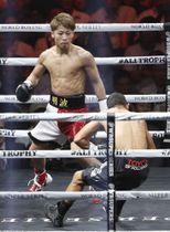 WBAバンタム級タイトルマッチの1回、フアンカルロス・パヤノ(手前)を倒す井上尚弥。KOで仕留めた=横浜アリーナ