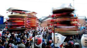 【一斉に「舞台回し」を披露する山車4基=亀山市関町木崎の関神社で】