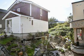 液状化とみられる現象が起きた北海道北広島市大曲並木地区の住宅地=18日