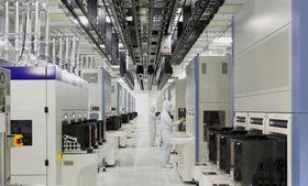 東芝メモリ四日市工場で完成した新棟の内部(東芝メモリ提供)