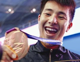 世界選手権の男子200メートル個人メドレーで金メダルを手にして笑う瀬戸=昨年7月