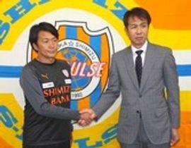 会見に臨んだ篠田新監督(左)と大榎GM=静岡市清水区のクラブハウス