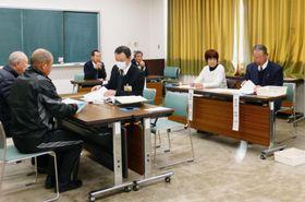 町長選が告示され、立候補の届け出を受け付ける和歌山県上富田町の選挙管理委員会=23日午前