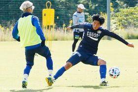 練習で積極的にアピールする奥田(右)=11月5日、徳島スポーツヴィレッジ