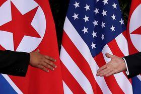 6月の会談で握手を交わす米朝両首脳=シンガポール(ロイター=共同)