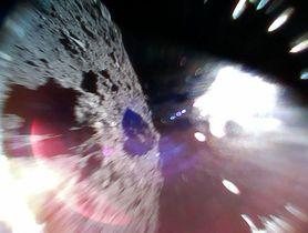 小型探査ロボット「ミネルバ2」が撮影した小惑星りゅうぐうの表面(左)。右側の光は太陽光(JAXA提供)