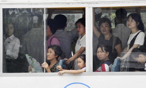平壌市内で混雑するバスに乗る市民ら=7月(共同)