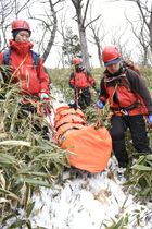 鳥取県の大山で救助訓練をする県警大山遭難広域救助隊の隊員ら=20日午後