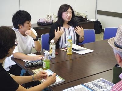 中高年のひきこもりの子を持つ親の会。主催したトカネット代表理事の藤原宏美(右)は「家族が不安を吐き出し、話し合うことが大切だ」と話す=6月、東京都葛飾区
