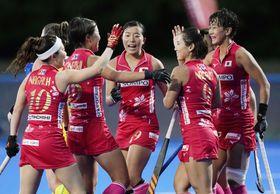 日本―オーストラリア 第3クオーター、ゴールを決め、喜ぶ野村(右端)ら=大井ホッケー競技場