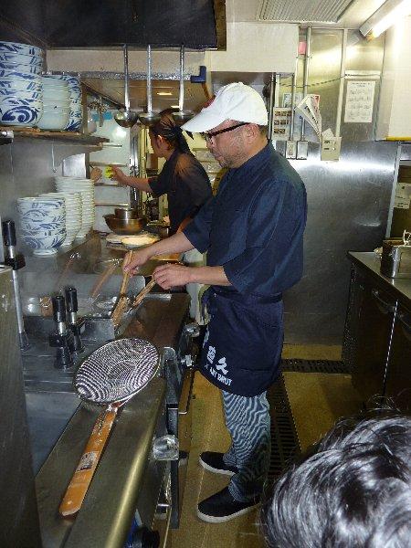 カレーラーメンを調理する須永辰緒さん