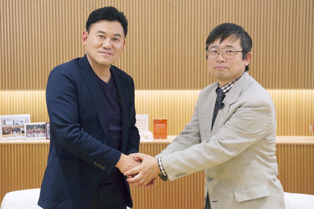 米国立衛生研究所(NIH)の小林久隆主任研究員(右)と楽天の三木谷浩史会長兼社長