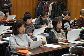 東奥日報紙コラム「天地人」を音読する受講生