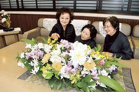 知事室に仲間と花を運び入れる高森千尋さん(左)=静岡県庁