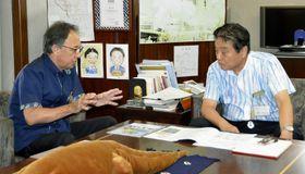 河村たかし名古屋市長(右)と面会する沖縄県の玉城デニー知事=20日午前、名古屋市役所