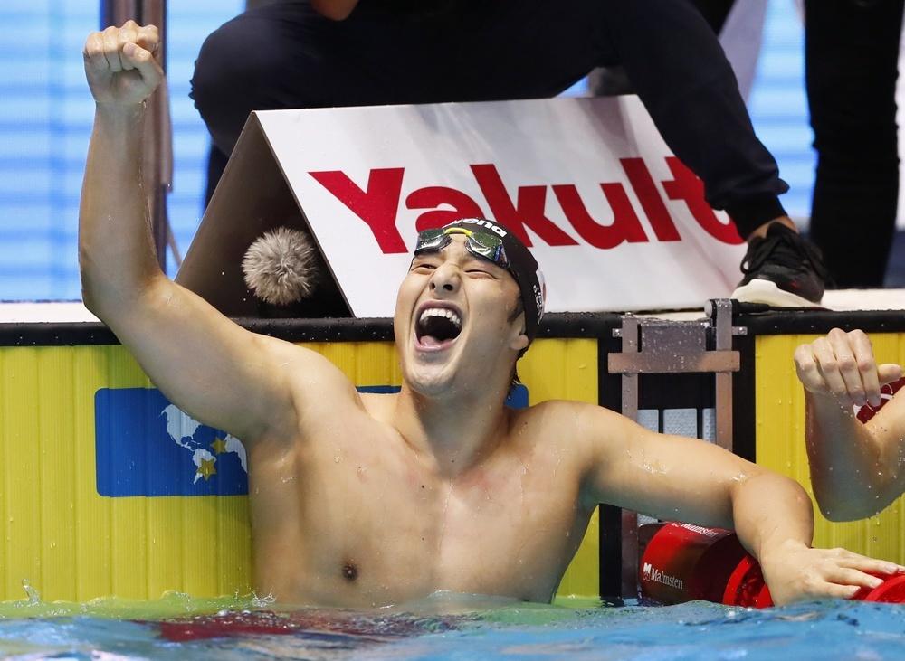 水泳の世界選手権男子200㍍個人メドレーで金メダルを獲得し喜ぶ瀬戸大也。東京五輪の代表に決まった=25日、韓国・光州(共同)