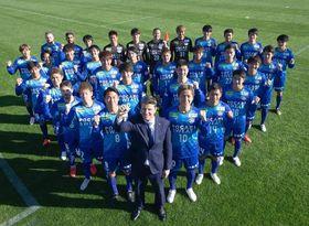 ロドリゲス監督(中央)の下、J1復帰に向けて始動した徳島ヴォルティスの選手たち=高知県春野運動公園球技場