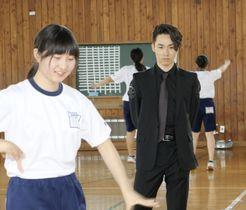 長野市の市立東部中でダンスの授業を視察する人気グループ「EXILE」のTETSUYAさん(右)=20日午後