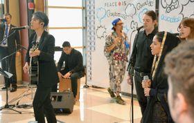 ニューヨークの国連本部で曲を披露したMIYAVIさん(左手前)とソニータさん(右から2人目)=22日(共同)