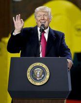 18日、米ペンシルベニア州で演説するトランプ米大統領(AP=共同)