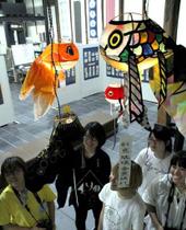 柳井市をイメージし、広島市立大生がデザインした多彩な金魚ちょうちん
