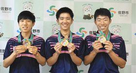 W杯予選の優勝報告を行った(左から)野口柊、須藤零士、高橋和雅の3選手=佐野市役所で