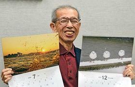 松江の四季が楽しめるカレンダーを手にする安達寛さん