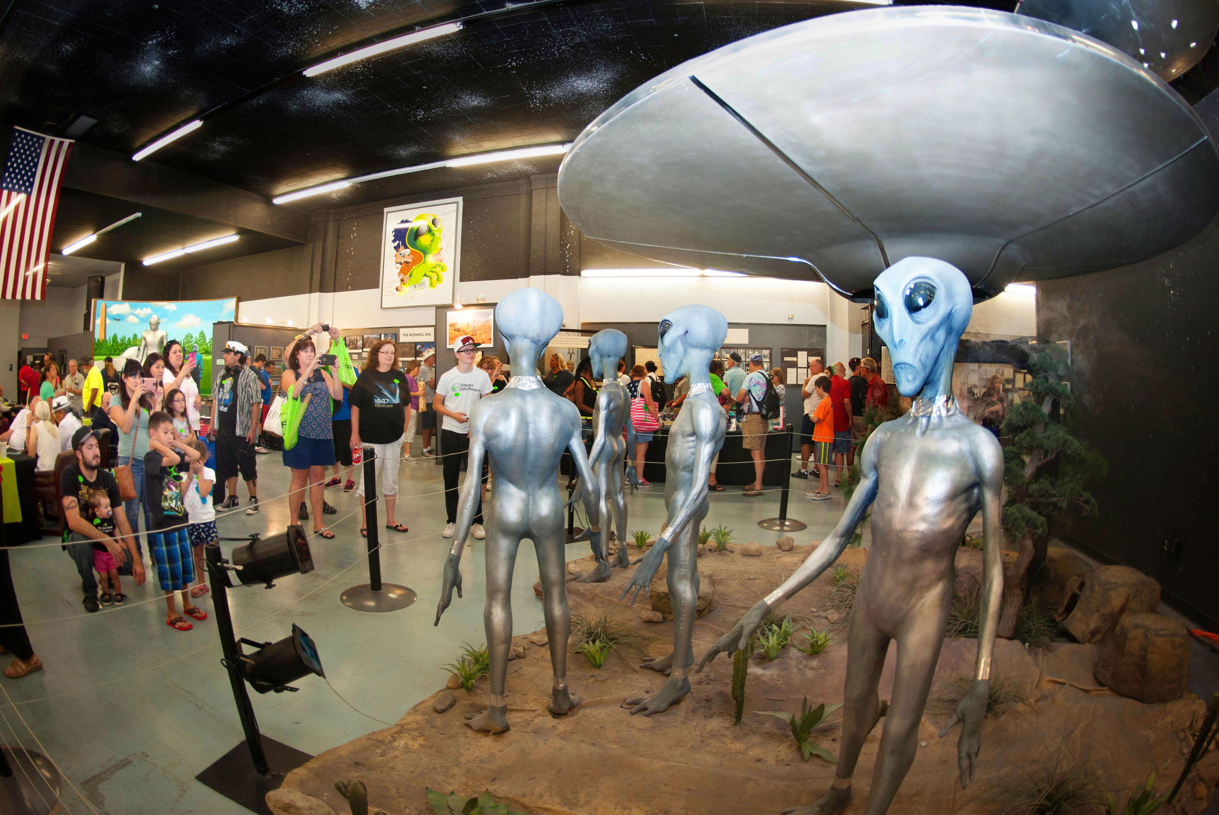 宇宙人が空飛ぶ円盤から降り立った様子を再現した展示。UFO博物館で最も人気がある。頭や指をかすかに動かす姿に子どもも大人もくぎ付けに=米ニューメキシコ州ロズウェル(撮影・鍋島明子、共同)
