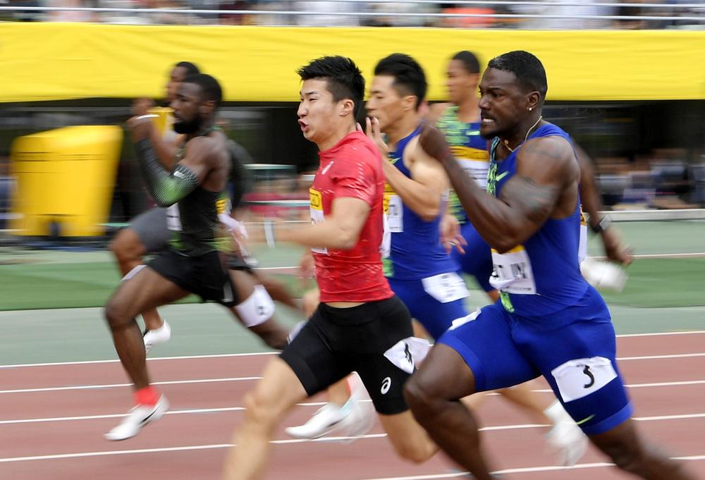 セイコー・ゴールデングランプリ大阪の男子100メートル。優勝したジャスティン・ガトリン(手前右)と競り合う2位の桐生祥秀(同左)=5月19日、ヤンマースタジアム長居