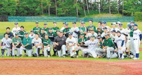 仙台六大学野球連盟の創立50周年を祝って対戦した両チームの選手ら