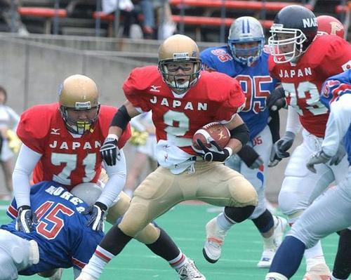 第2回W杯地区予選 日本―韓国、第2クオーター、ディフェンスをかわし突進するRB古谷=2003年、長居球技場