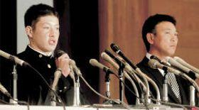 プロ志望届を提出後、記者会見に臨む秋田・金足農の吉田(左)。右は中泉一豊監督