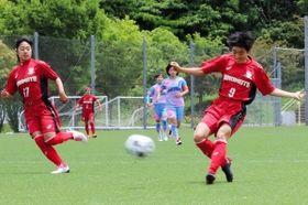 日ノ本-京都精華学園 前半6分、こぼれ球に反応し左足でシュートを決める日ノ本の平井(9)